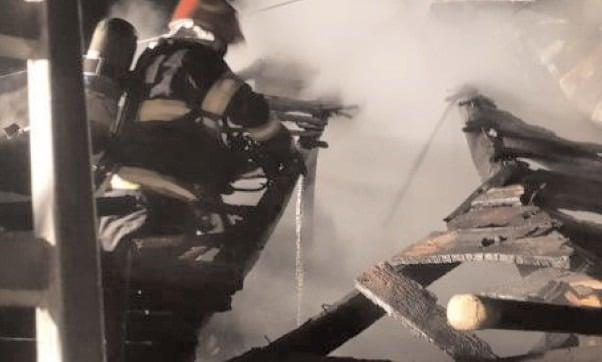 Incendii la două locuinţe în localităţile Comişani şi Raciu