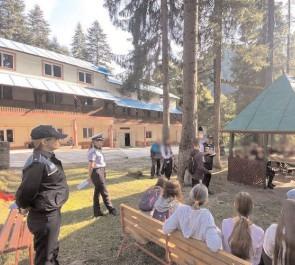 Polițiștii dâmbovițeni au făcut acțiuni de informare cu tinerii aflaţi în tabere de vară, pe raza localității Moroeni