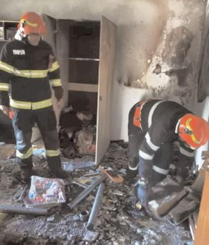 Panică într-un bloc dinGăești: incendiu într-un apartament situat la parter